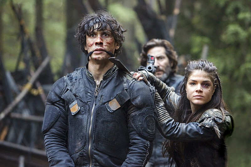 """The 100 -- """"Fallen"""" -- Image HU310b_0143 -- Pictured (L-R): Bob Morley as Bellamy, Henry Ian Cusick as Kane, and Marie Avgeropoulos as Octavia -- Credit: Bettina Strauss/The CW -- © 2016 The CW Network, LLC. All Rights Reserved"""